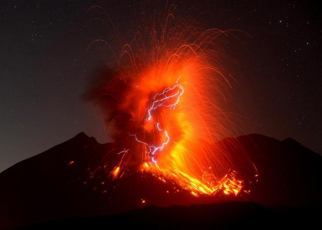 火山雷を伴い噴煙を上げる桜島の昭和火口(10秒間の長時間露光)=9月29日午前0時56分、鹿児島県垂水市