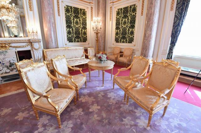 「朝日の間」に置かれた、天皇・皇后両陛下や国賓が座る椅子=東京都港区の迎賓館赤坂離宮