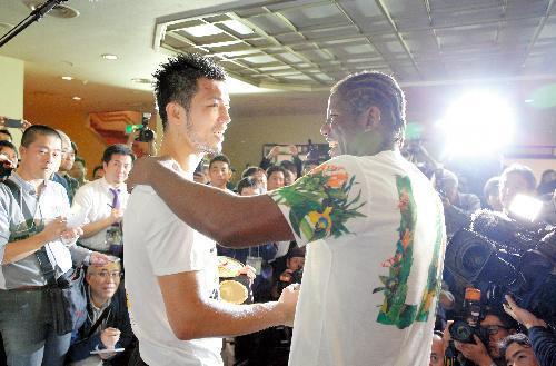 試合後の記者会見で、健闘をたたえ合う村田諒太選手とエンダム選手=関田航撮影