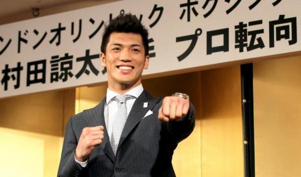プロ転向の会見で、笑顔でポーズをとるロンドン五輪ボクシング男子ミドル級金メダリストの村田諒太選手