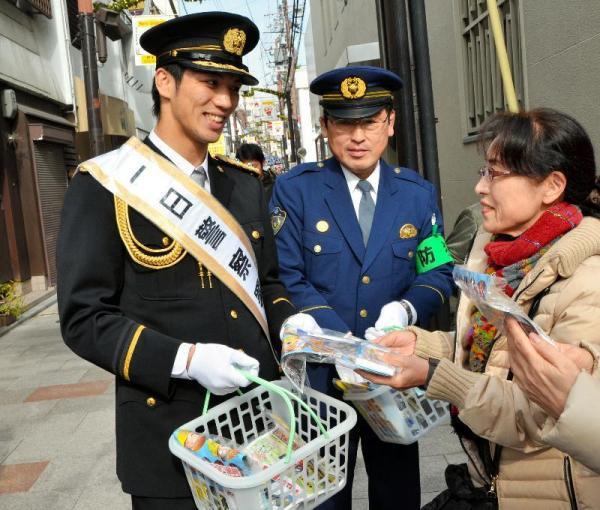 1日警察署長として、街頭で振り込め詐欺の注意を呼びかける村田諒太選手=奈良市