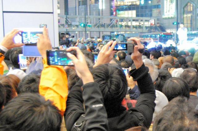 衆院選最終日、携帯電話やカメラで撮影したり、演説内容に拍手でこたえたりする聴衆=東京都内