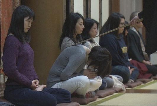 野沢龍安寺での座禅会の様子=河野さん提供