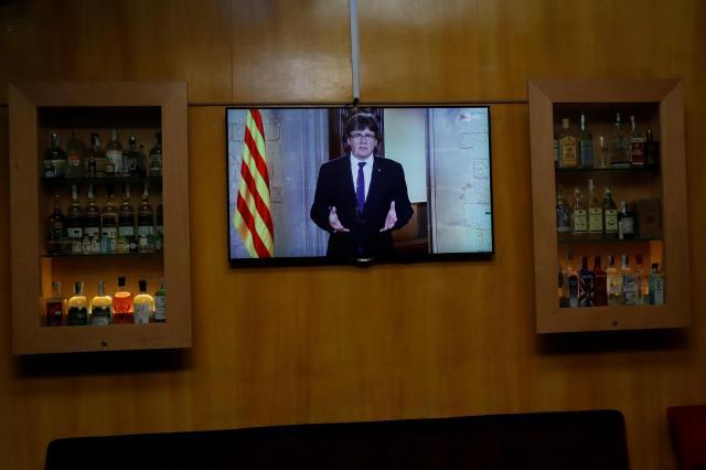 バルセロナのバーで、テレビに映し出されたプッチダモン州首相=2017年10月30日