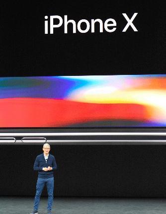 iPhone Xを発表する米アップルのティム・クックCEO=9月12日、カリフォルニア州クパチーノ、宮地ゆう撮影