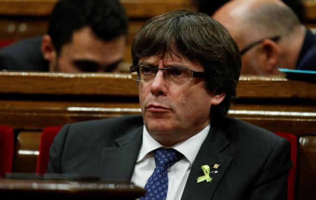 カタルーニャ州議会で険しい表情を見せるプッチダモン州首相=2017年10月27日