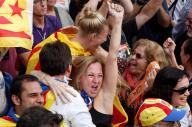 カタルーニャ州議会が独立を採択し、喜ぶ住民たち=2017年10月27日