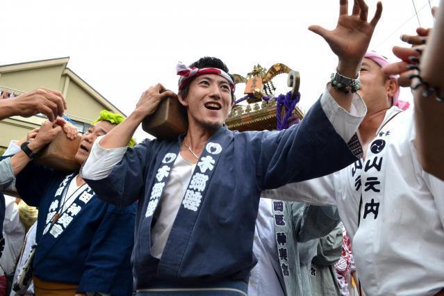 祖父が造った神輿を担ぐ宮田宣也さん