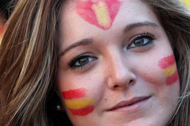 スペインのカタルーニャ自治州で顔にペイントをしてデモをする女性=2017年10月29日