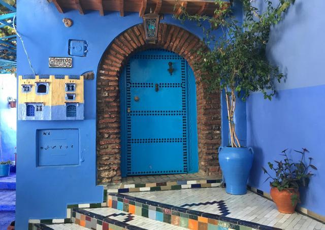 扉も壁も青い家、絵本から飛び出したようです