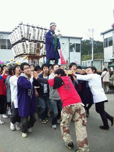 宮城県石巻市雄勝町の商店街の祭りであがった、宮田宣也さん製作の神輿