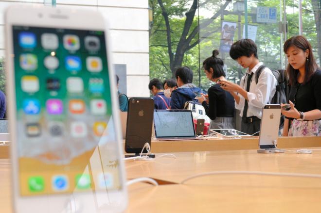 アップルの直営店でiPhone8の購入を待つ客ら=2017年9月22日、東京・表参道