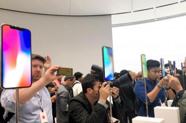 iPhoneXの展示に集まる報道関係者=9月12日、カリフォルニア州クパチーノ、宮地ゆう撮影