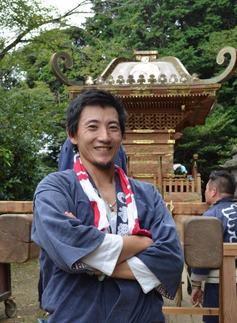 500基の神輿を担いできた宮田宣也さん。後ろは祖父が製作の神輿=河原夏季撮影