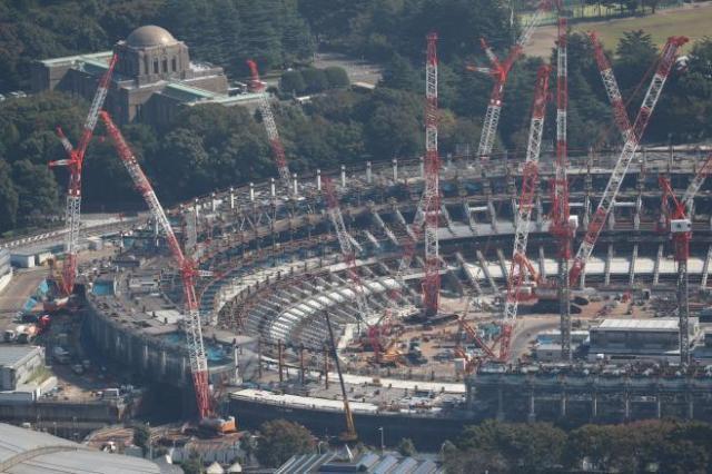 10月28日で東京五輪の開会式まで1千日となった。建設が進む会場の新国立競技場=10月27日、朝日新聞社ヘリから