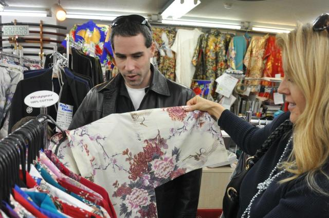 土産店で商品を選ぶ外国人客
