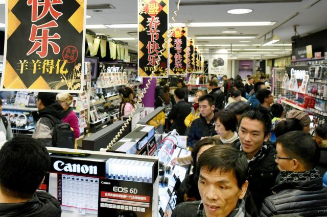 中国人観光客でにぎわう家電量販店=2015年2月18日、東京・秋葉原、白井伸洋撮影