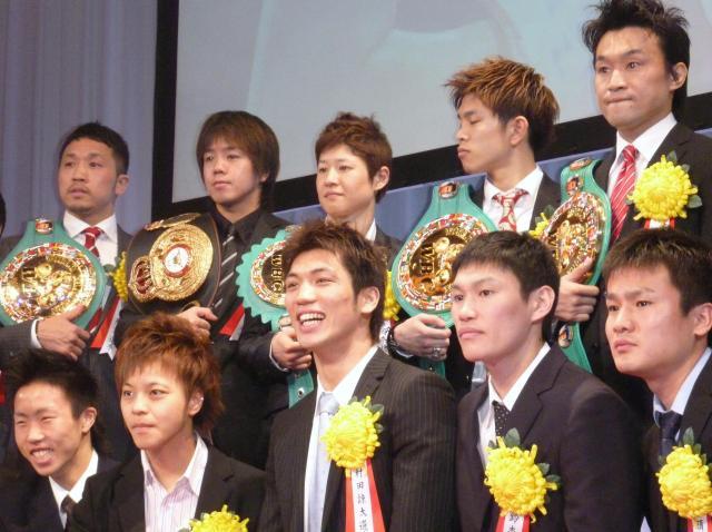 ロンドン五輪前の2012年1月、ボクシングの年間優秀選手表彰式でアマ最優秀選手に選ばれた村田選手(前列中央)