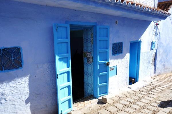 扉も壁も青、青、青…「おとぎの国」シャウエン