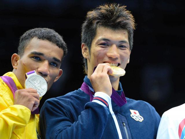ロンドン五輪男子ミドル級で金メダルを獲得した村田諒太(右)。左は銀メダルのフロレンティノ(ブラジル)