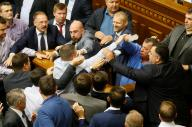 ウクライナの国会で討論中、ヒートアップしてつかみあいに=2017年10月6日