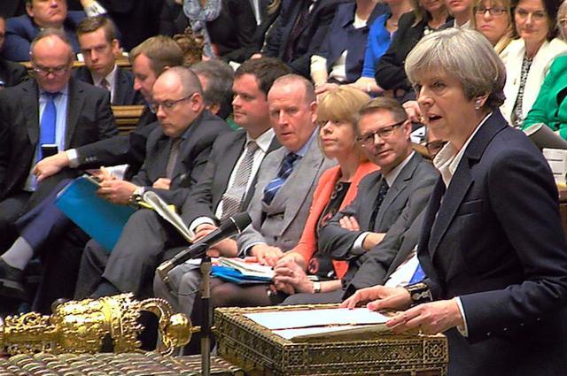 イギリス国会で演説するメイ首相(右端)=2017年3月29日