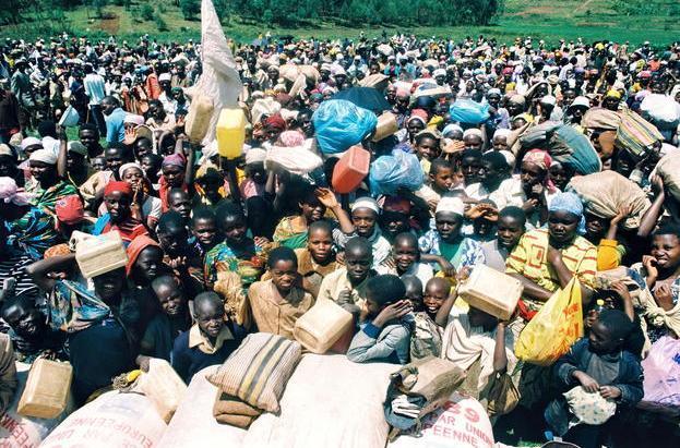ザイールやルワンダ国内各地のキャンプから戻ってきたフツ族難民=1994年10月