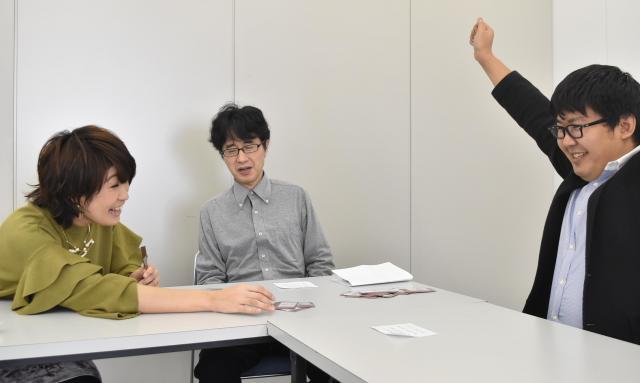 米光さんが開発中の「ヘモグロビン」ゲームで遊ぶ、リズミカルにカードを出すもので、勝者はスッキリ