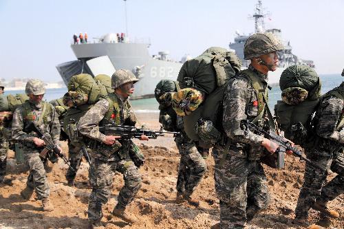 2015年の米韓両軍による上陸訓練。艦艇から上陸し、浜辺を歩く兵士たち=韓国南東部・浦項、東岡徹撮影