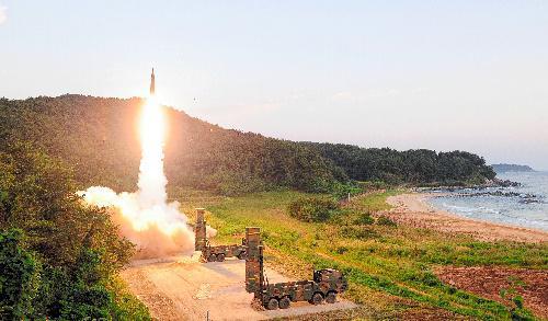 北朝鮮の核実験に対抗し、日本海に向けて弾道ミサイル「玄武2A」を試射する韓国軍=2017年9月4日、韓国国防省提供