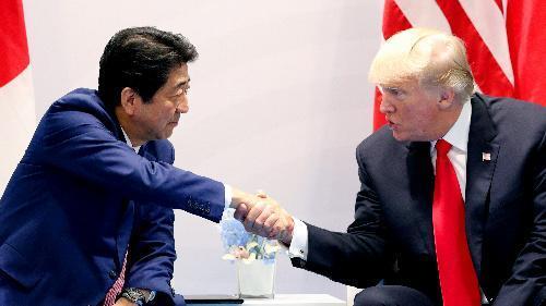 7月の日米首脳会談で、トランプ米大統領(右)と握手する安倍晋三首相=飯塚晋一撮影