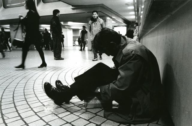 深夜のJR新宿駅で酔いつぶれたサラリーマン風の男性=1994年12月