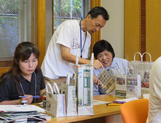 養成講座参加者にレクチャーする渡辺さん(中央)