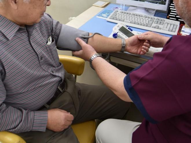 血圧を測る診察室の風景