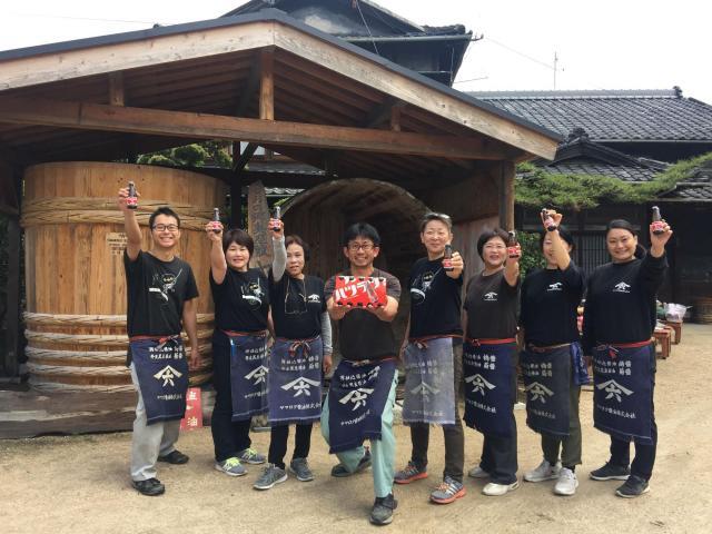 ヤマロク醤油の集合写真 -->ヤマロク醤油で働く方々。左から4番目が代表の山本康夫さん