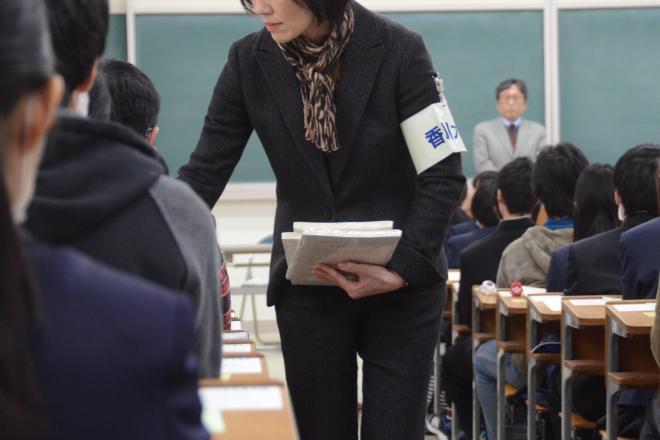 問題用紙を配る「試験官」=高松市