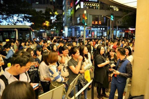「昼顔」が上映された劇場には多くのファンが詰めかけた=2017年6月17日、冨名腰隆撮影