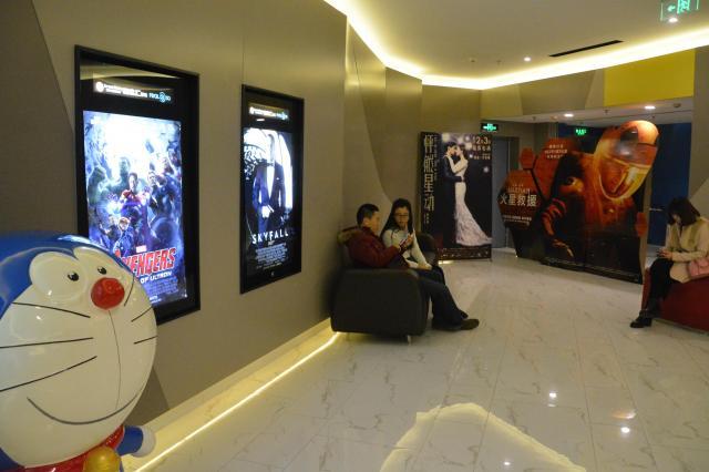 北京市内の映画館待合室。国産映画と輸入映画が人気を競う=2015年12月、北京市中心部
