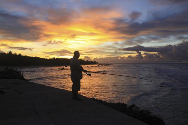 ナウルの海辺で釣りをする男性=2014年2月、ナウル