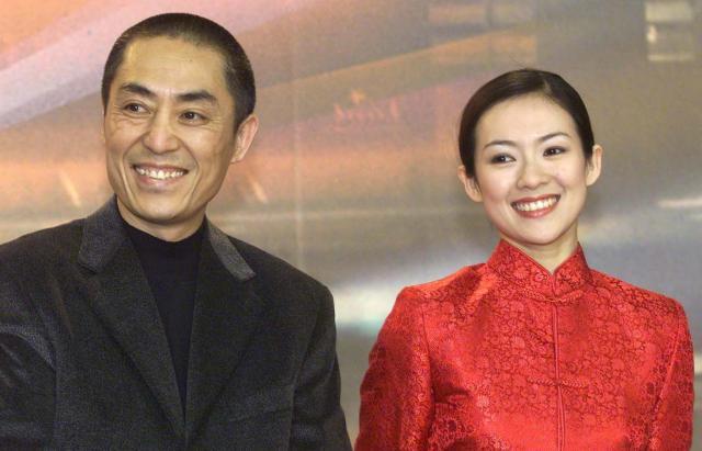 女優チャン・ツイイーさん(右)と映画監督の張芸謀さんがベルリン映画祭にて。『初恋のきた道』が銀熊賞を受賞=2000年2月、ベルリン。