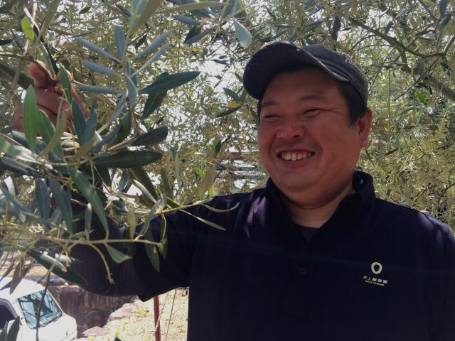 おいしいオリーブオイルの食べ方は「醤油と混ぜて、それをご飯と一緒に握る」と話す濱中雅哉さん