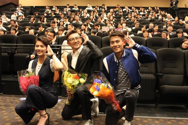 「東京・中国映画週間」の舞台挨拶での一コマ。(左から)女優の馬思純、蘇有朋監督、俳優の欧豪=2015年10月