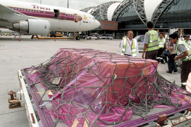 長井健司さんの遺体が納められた木箱。経由地バンコク空港で飛行機から降ろされ、搬送手続きをとった=2007年10月3日