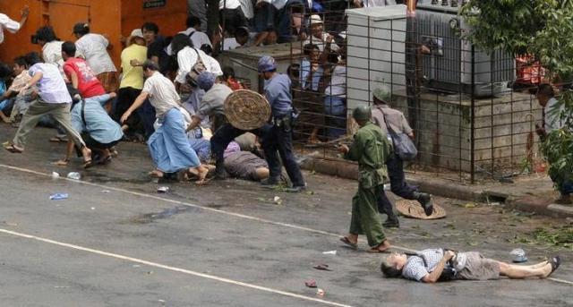 銃で撃たれ、倒れる長井健司さん(右下)=ロイター