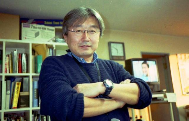 所属していたAPF通信のオフィスで腕を組む長井健司さん。同通信の山路徹氏は、「10年たったという実感はわかない」と話した=同通信提供