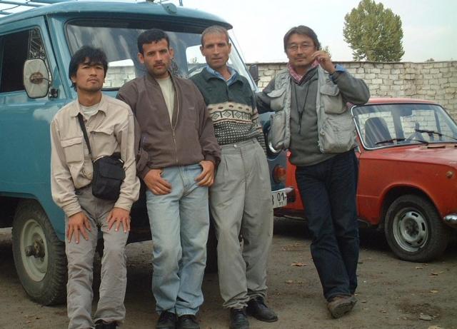 2001年、アフガニスタンに取材に訪れた長井健司さん(右端)。戦車が迫る最前線でもカメラを握った=APF通信提供