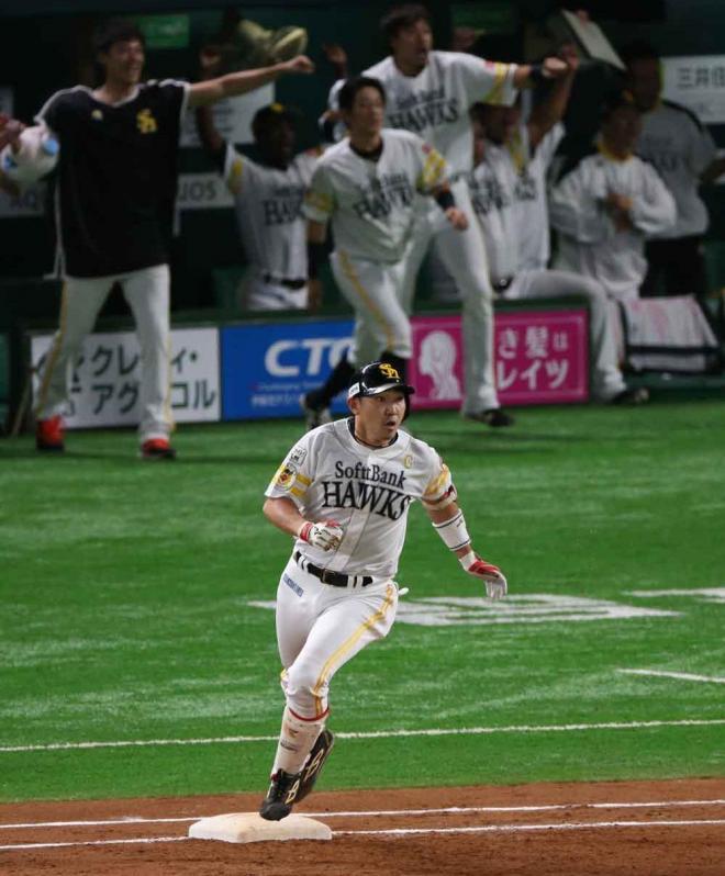 九回裏ソフトバンク1死、内川は左越えに同点本塁打を放ち、一塁を回る=上田潤撮影
