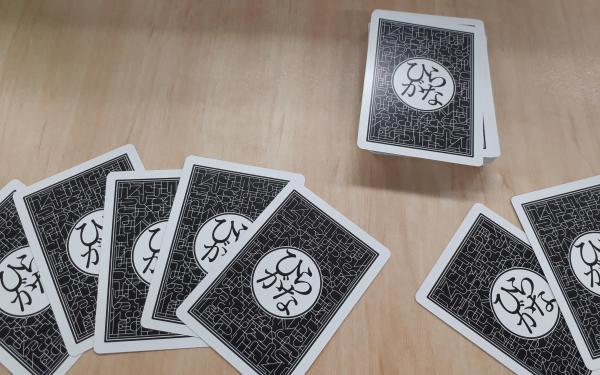 手札は5枚、ポーカーのようにカードを捨てて山札から取り、ひらがなを組み合わせて5文字以内の言葉をつくります