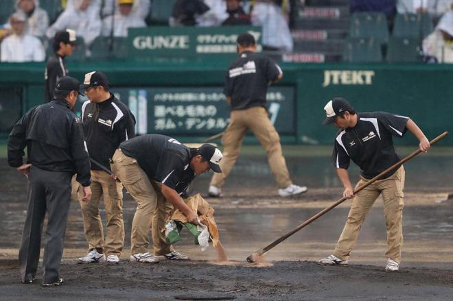 イニングの合間には、阪神園芸のグラウンドキーパーさんが整備を続いていた=矢木隆晴撮影