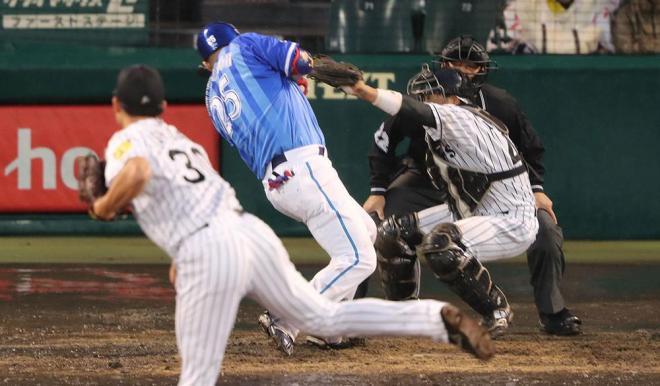 五回2死一塁、阪神・石崎の内角直球にのけぞるDeNA・筒香=矢木隆晴撮影